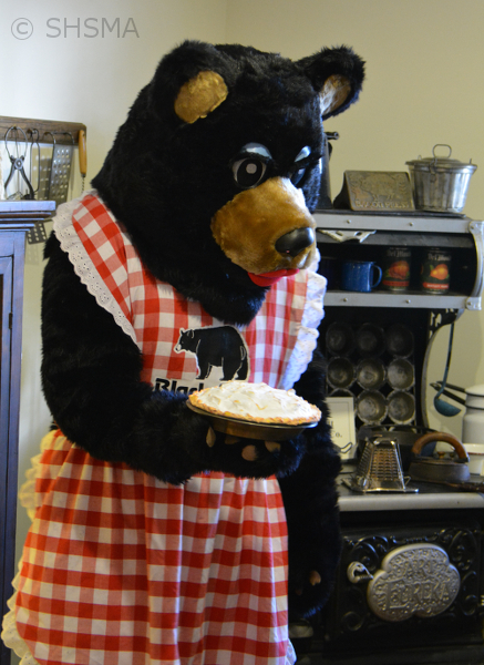Ma Bear makes a pie